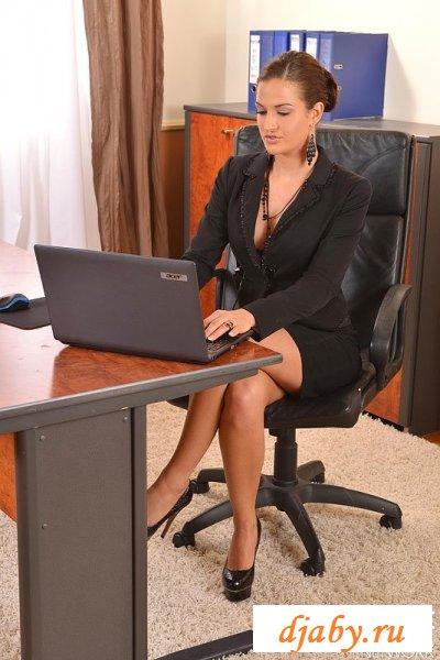 Сисястая секретарша обожает адреналин
