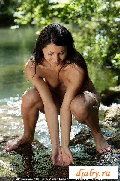 Гладкокожая голая худышка отправилась на реку