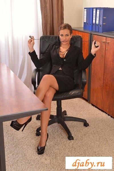 Загорелая голая секретарша забавляется в кресле