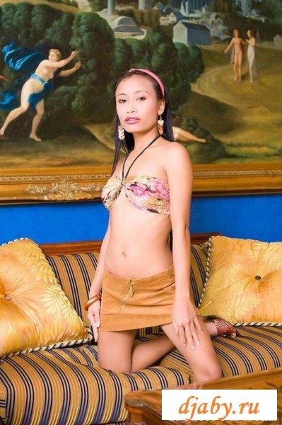 Маленькая японка показала эротичные трусики