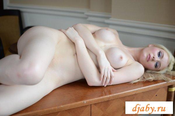 Сучка с шикарными белыми грудями