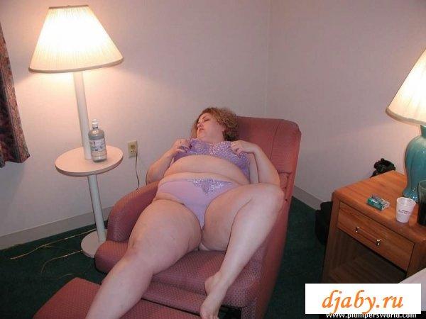 Одинокая толстушка много мастурбирует