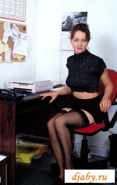 Порядочная секретарша задрала юбку