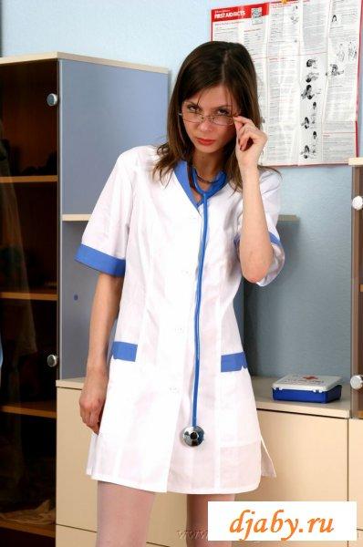 Раскованная медсестра в белых чулочках