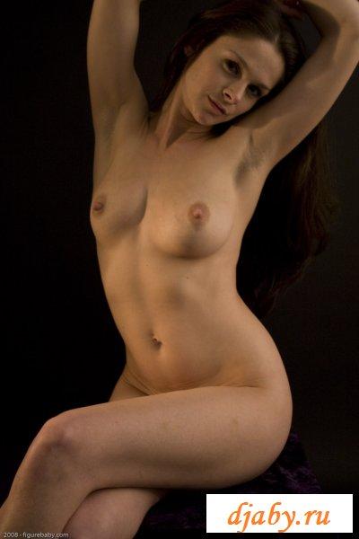 Прикольная сучка с хорошим телом и грудями