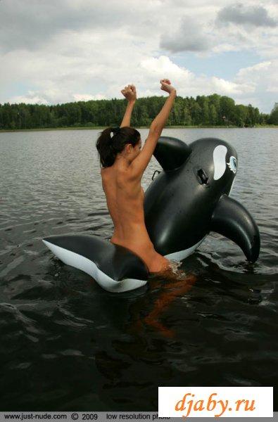 Голая шмара катается на дельфине