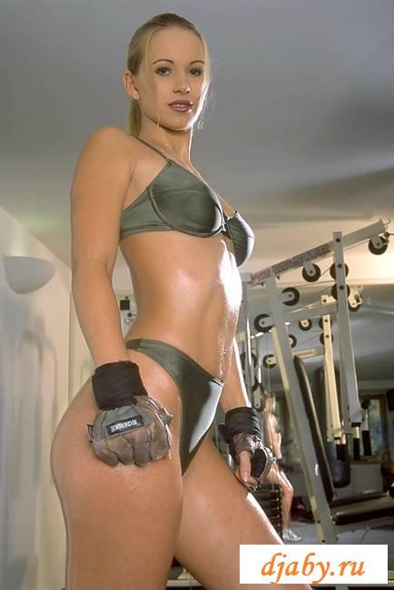 Силиконовые сиськи на эротических фотографиях спортсменки