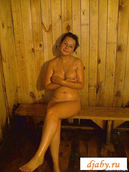 Вульгарные бабы развлекаются в бане