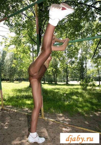 Девчуля упражняется в колготках на турниках