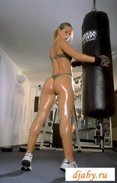 Эротические упражнения с гирями от спортсменки