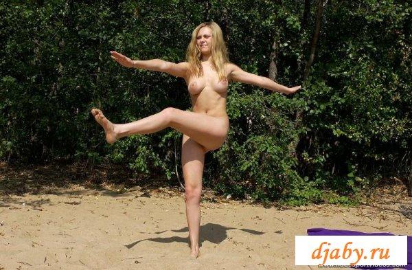 Страстная разминка девушки на природе