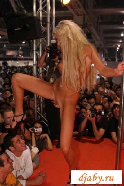Божественная блондинка танцует на сцене стриптиз