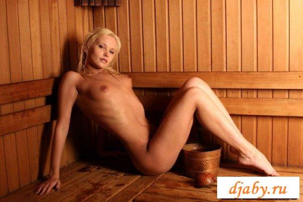 Блондиночка сексуально отрывается в бане