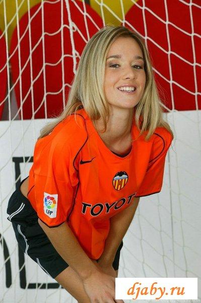 Спортивная дама перед футбольными воротами