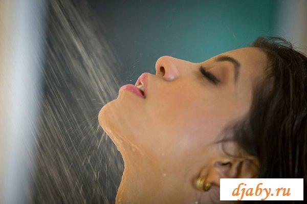 Знаменитость Вероника Родригес принимает душ