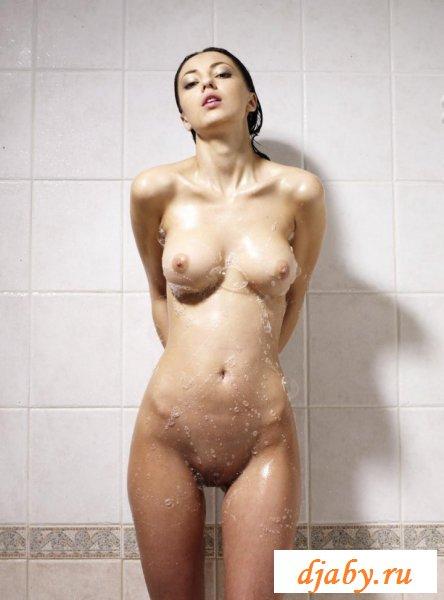 Кавказская проказница принимает душ