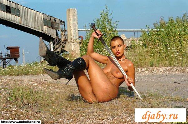 Голая лысая девушка с мечом