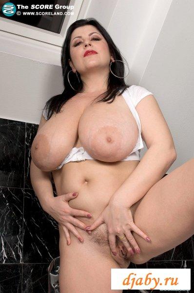 Женщина и её голые большие сиськи