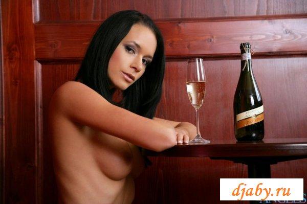 Голая пьяная девушка с вином