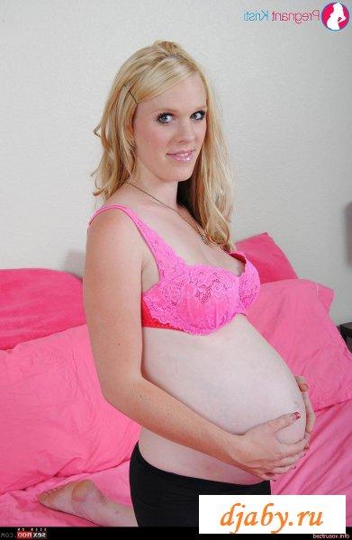 На кровати позирует голая беременная