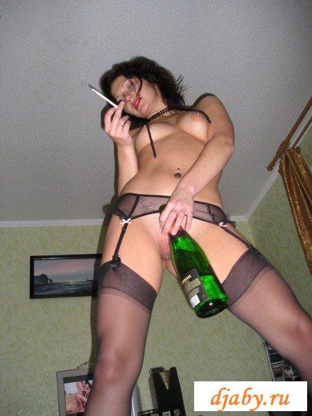 Пьяная распутница позирует в чулках