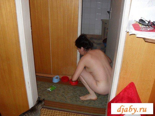По дому бродит голая чмошница