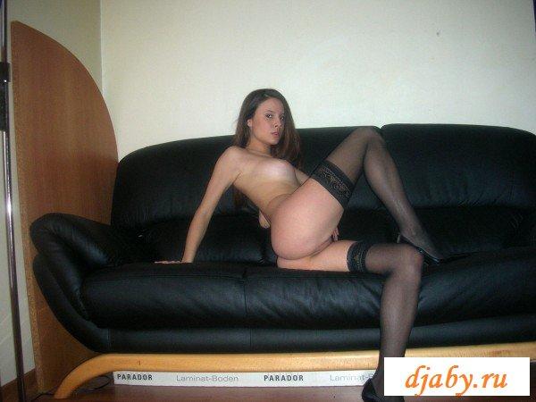 Сексуальная шалашовка на кожаном диване