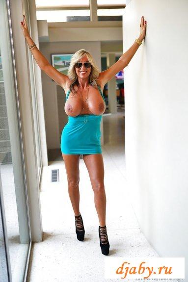 Вульгарная мадам на высоких каблуках