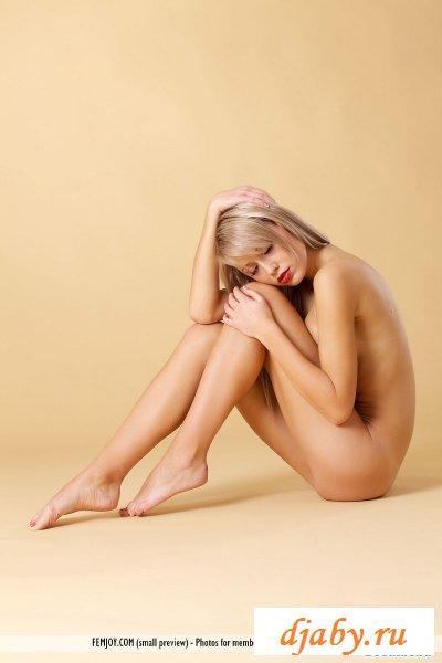 На снимках голая худенькая блондинка