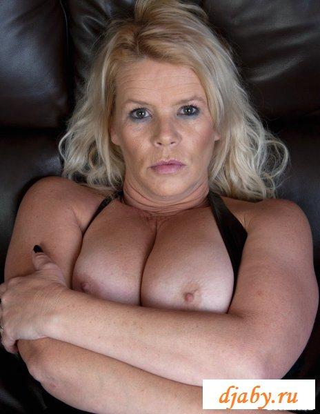 Голая зрелая женщина на диване