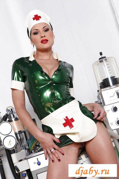 Страсть в исполнении раздетой медсестры