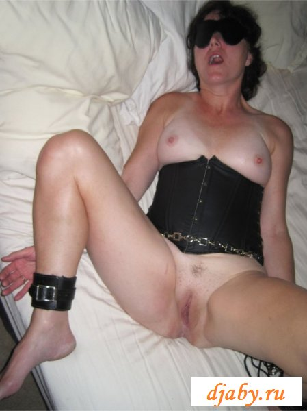 Трахают спящую маму на кровати