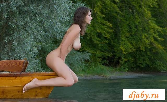 Порно стриптиз от сисястой дамы в лодке (17 фото эротики)