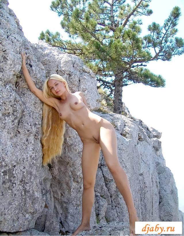 Красивая обнаженная жопка девочки среди валунов (20 фото эротики)