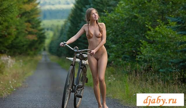 Обнаженная девка катается на велосипеде (20 фото эротики)