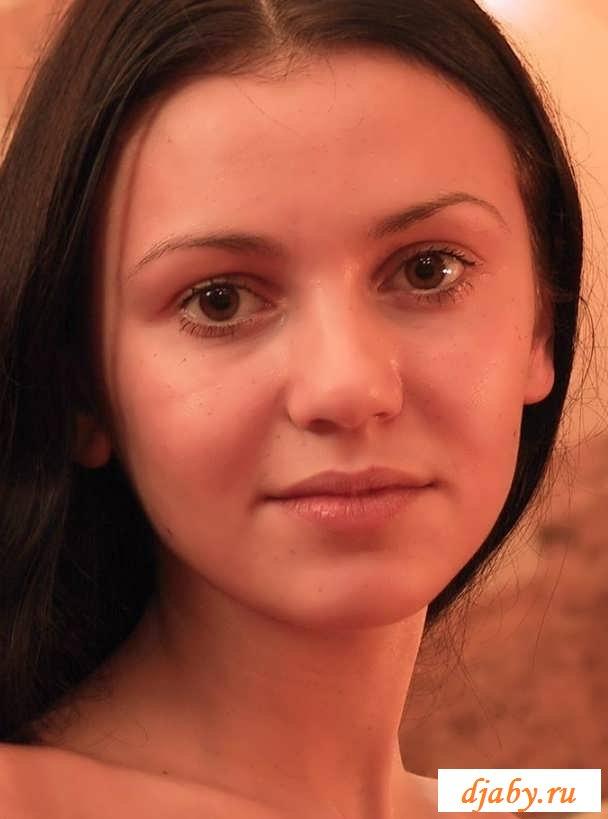 Голая домохозяюшка с круглой попкой (20 фото эротики)