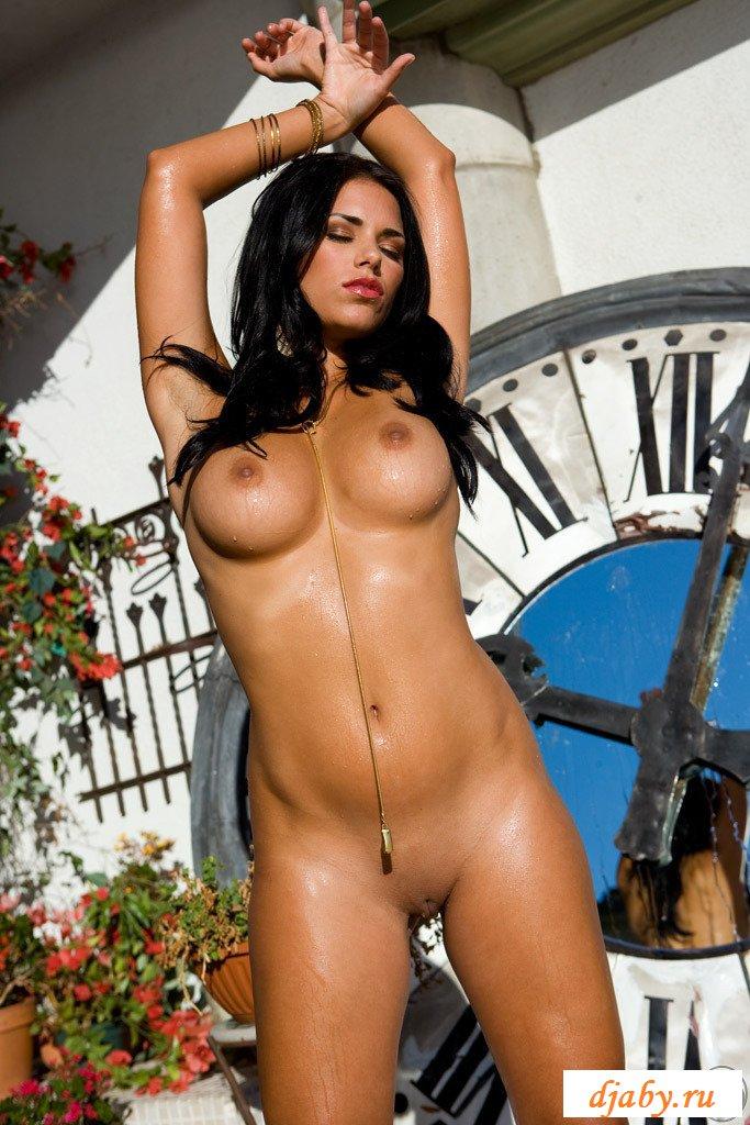 Красивая эротика во дворе частного дома
