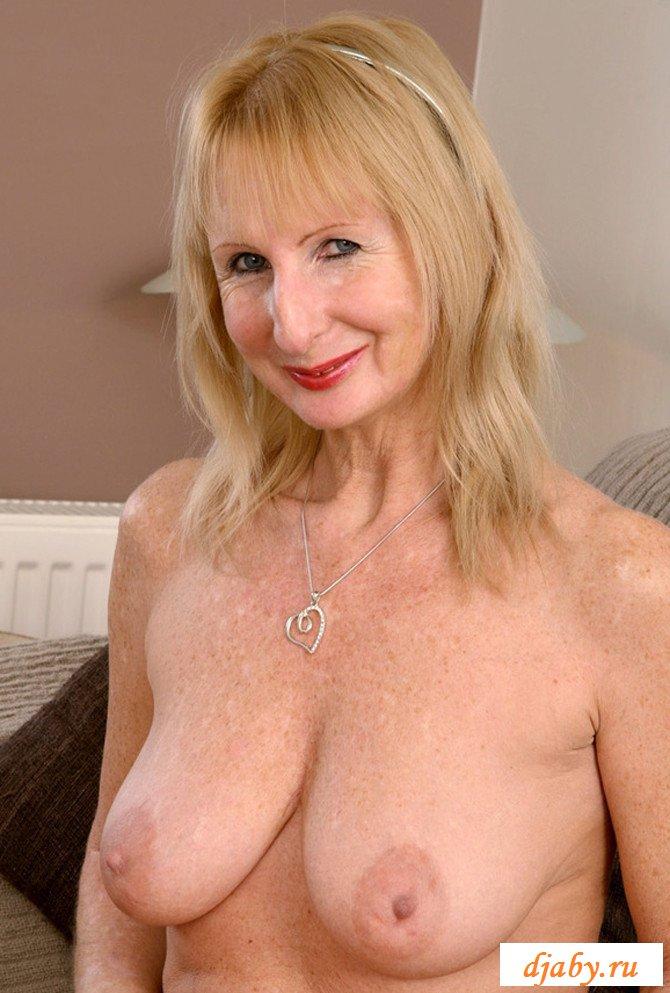 Пожилая тетя ходит голышом по кабинету