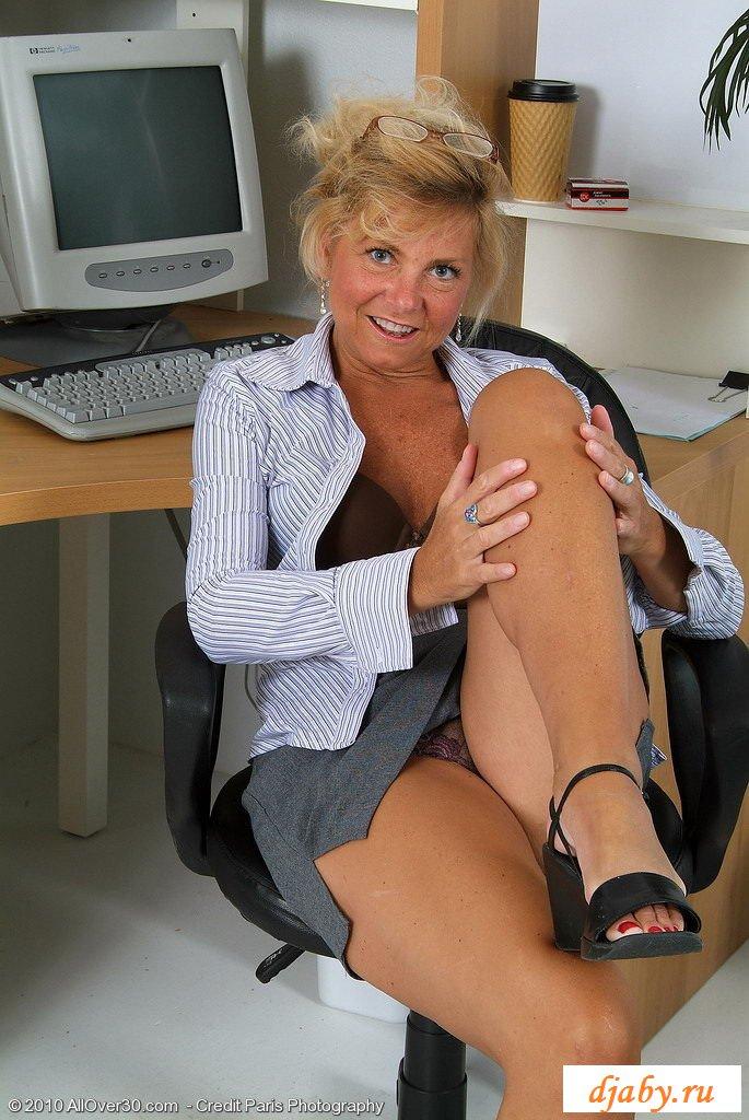 Зрелая женщина раздевается в учительской