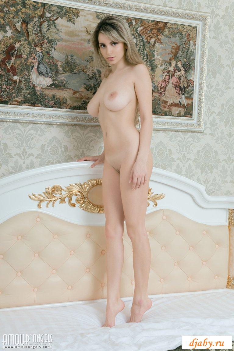 Сисястая деваха эротично скачет на кровати