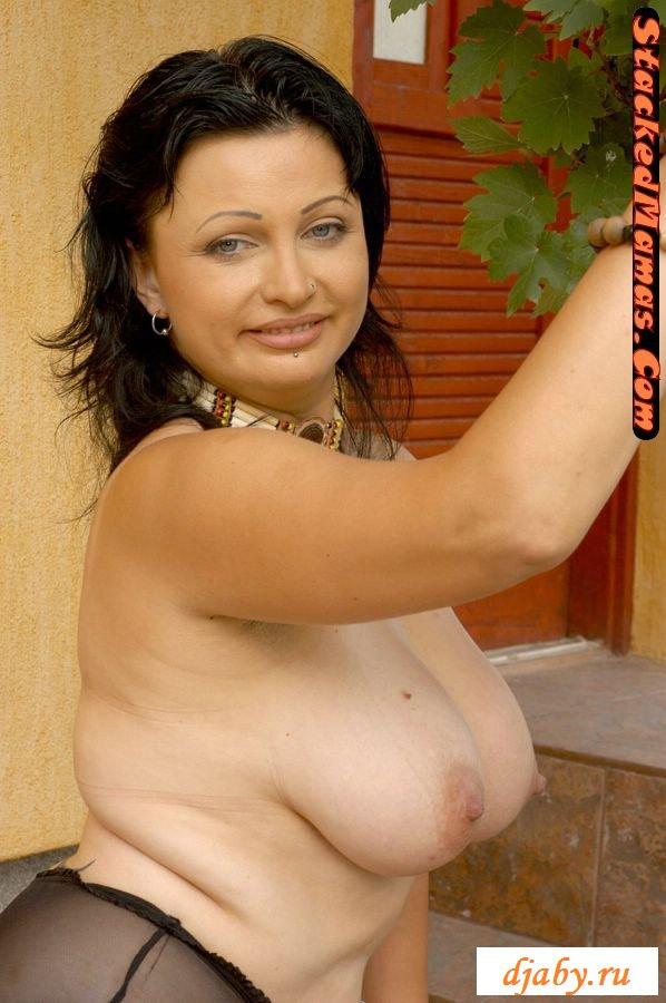 Зрелая мамаша позирует голышом