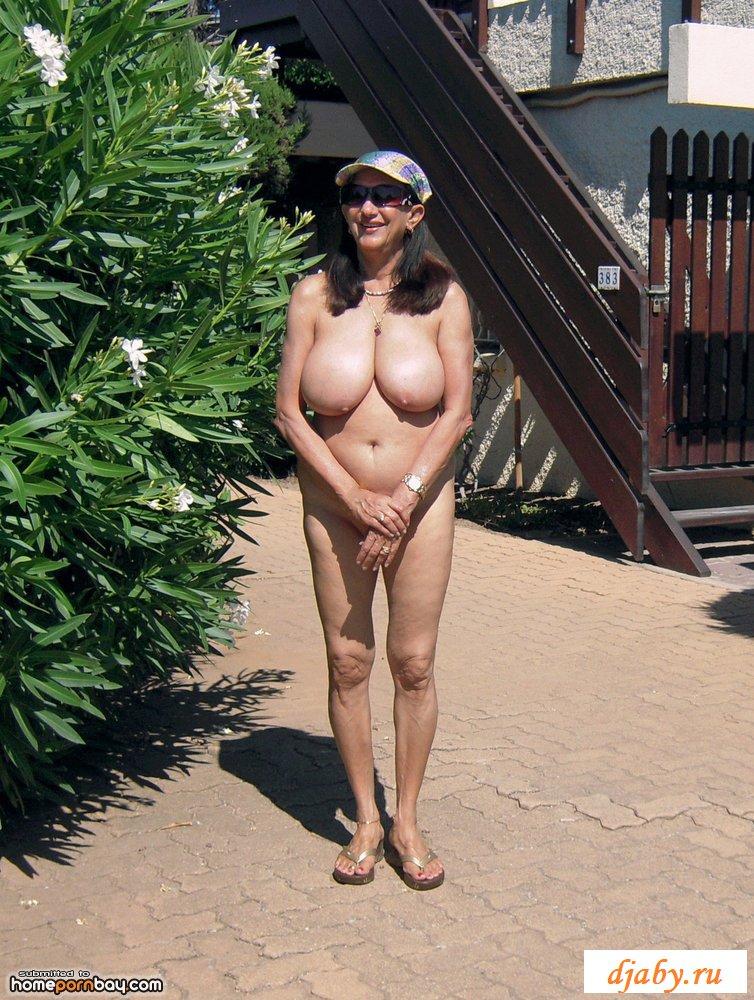 Старушка-нудистка эротично гуляет по южным улицам