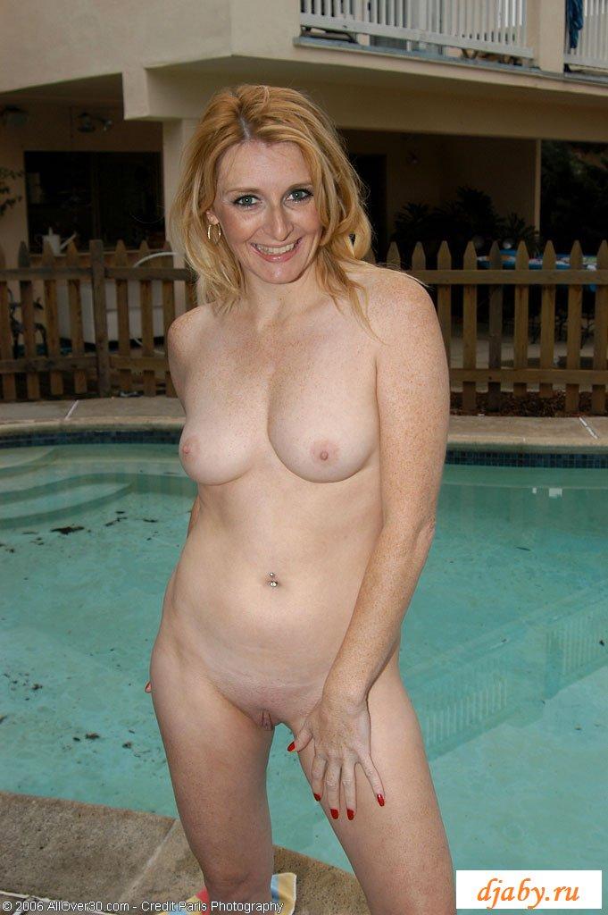Зрелая тетя раздевается у бассейна