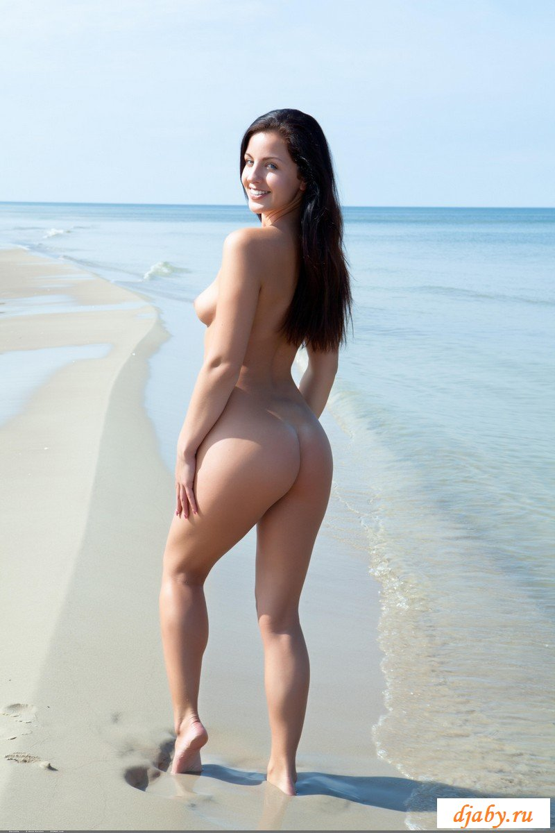Голышом устроила ню фотосессию на пляже