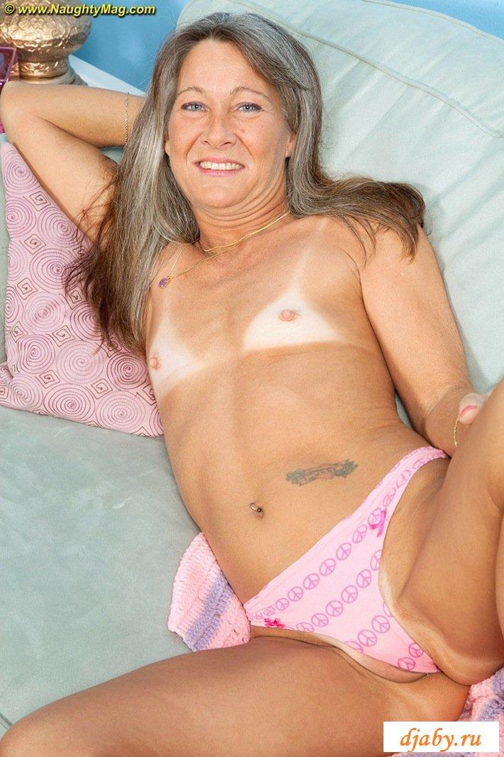 Обнаженное тело бабули с маленькой грудью