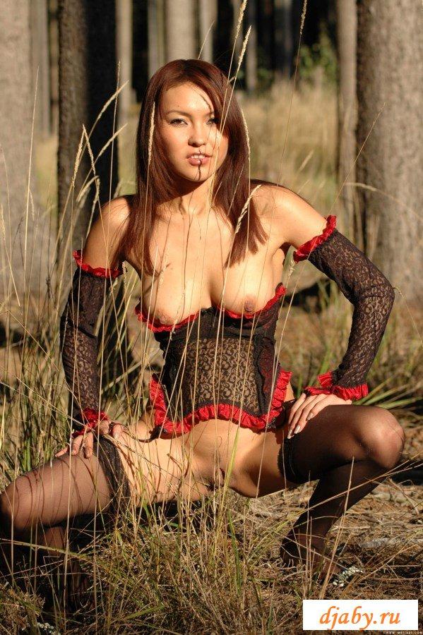 Горячая шлюшка ходит голышом по лесу