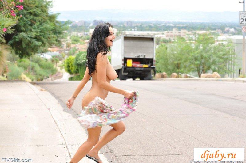 Обнаженная туристочка бегает по улице
