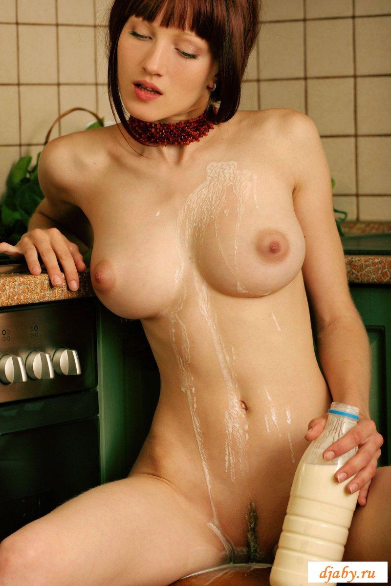 Раздетая молочница с красивыми титьками