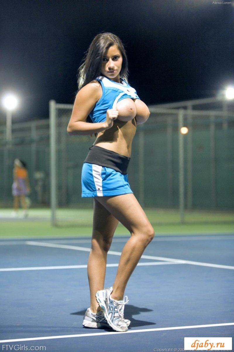 Шикарные титьки голой тенисистки