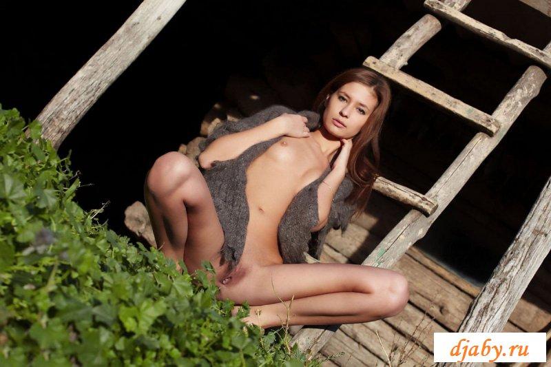 Эротичные фотки смазливой сучки в деревне